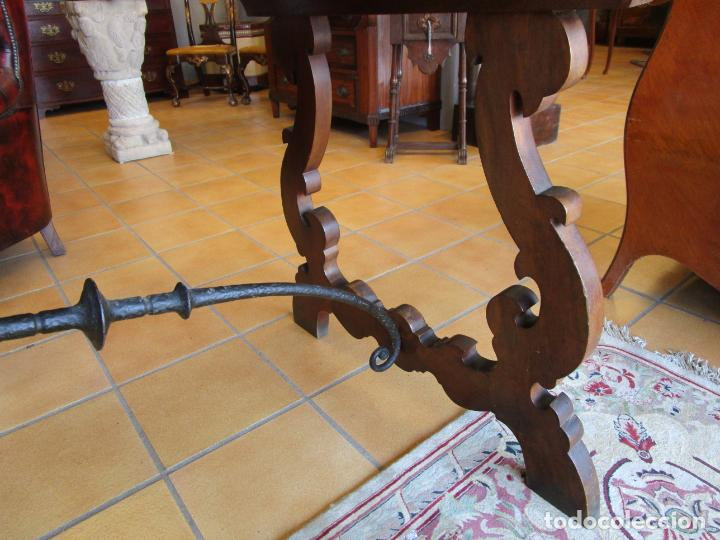 Antigüedades: Mesa en Pata de Lira - Madera de Nogal - Fiadores en Hierro Forjado - Largo 243 cm - Foto 3 - 213387053