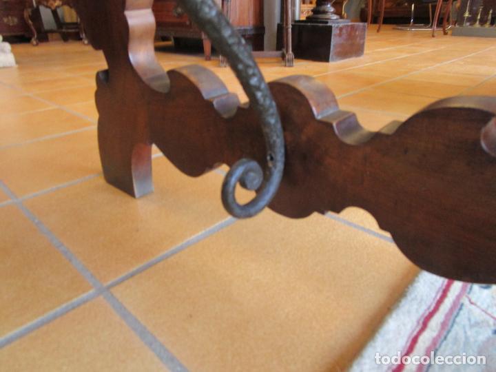 Antigüedades: Mesa en Pata de Lira - Madera de Nogal - Fiadores en Hierro Forjado - Largo 243 cm - Foto 4 - 213387053
