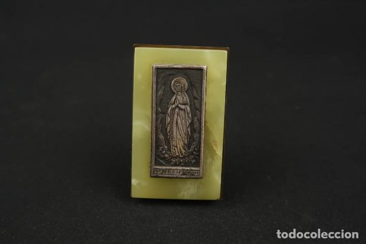 ANTIGUA MEDALLA RELIGIOSA VIRGEN DE LOURDES SOBRE PLACA DE MARMOL (Antigüedades - Religiosas - Medallas Antiguas)