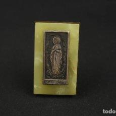 Antigüedades: ANTIGUA MEDALLA RELIGIOSA VIRGEN DE LOURDES SOBRE PLACA DE MARMOL. Lote 213478031