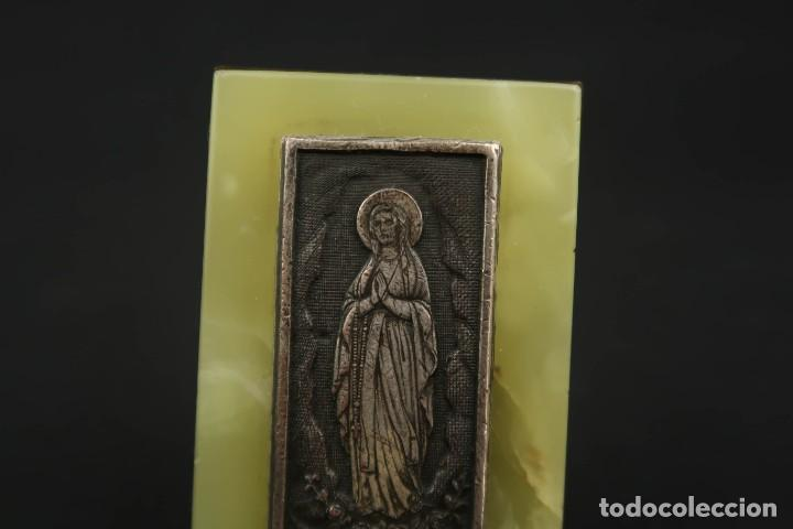 Antigüedades: Antigua Medalla Religiosa Virgen de Lourdes sobre Placa de Marmol - Foto 2 - 213478031