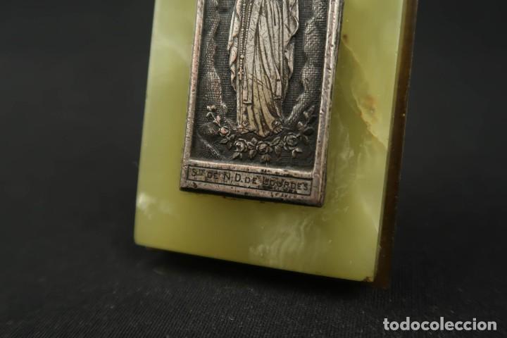 Antigüedades: Antigua Medalla Religiosa Virgen de Lourdes sobre Placa de Marmol - Foto 4 - 213478031