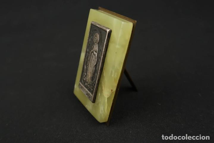 Antigüedades: Antigua Medalla Religiosa Virgen de Lourdes sobre Placa de Marmol - Foto 5 - 213478031