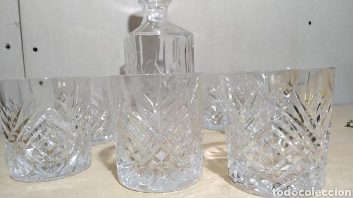 Antigüedades: Juego de whisky, seis vasos y botella, tallados cristal de Bohemia años 90 - Foto 2 - 213504982
