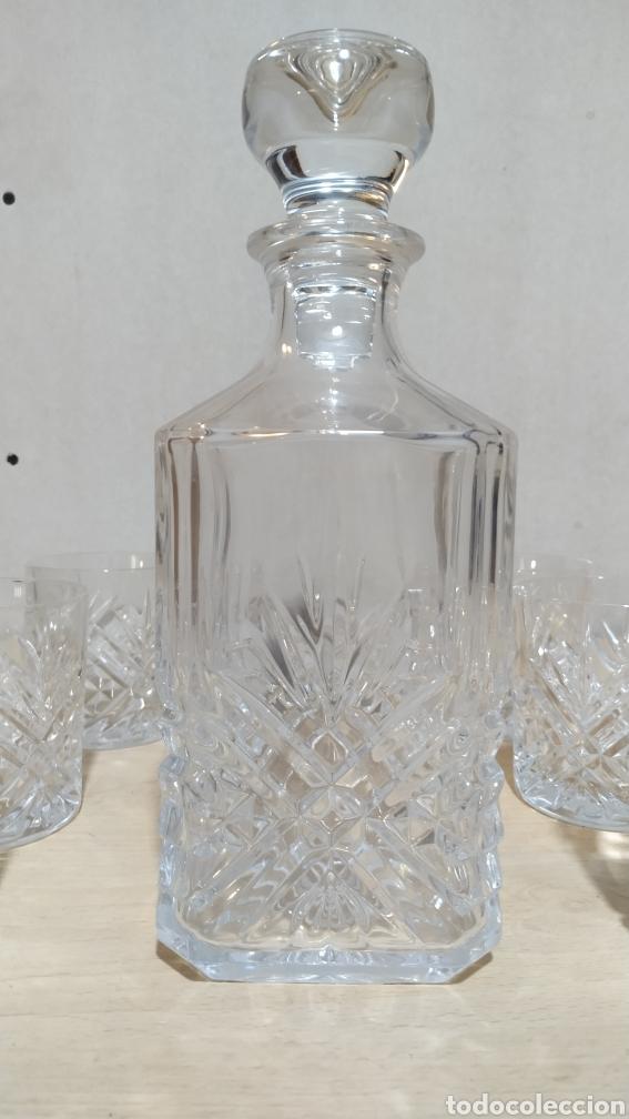Antigüedades: Juego de whisky, seis vasos y botella, tallados cristal de Bohemia años 90 - Foto 3 - 213504982