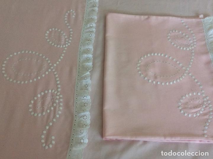 Antigüedades: Impresionante bordado de convento en sabana y almohadón bordeada de tira bordada. Año 1975 - Foto 5 - 213537041