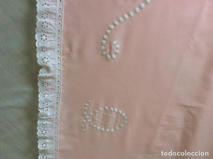 Antigüedades: Impresionante bordado de convento en sabana y almohadón bordeada de tira bordada. Año 1975 - Foto 9 - 213537041