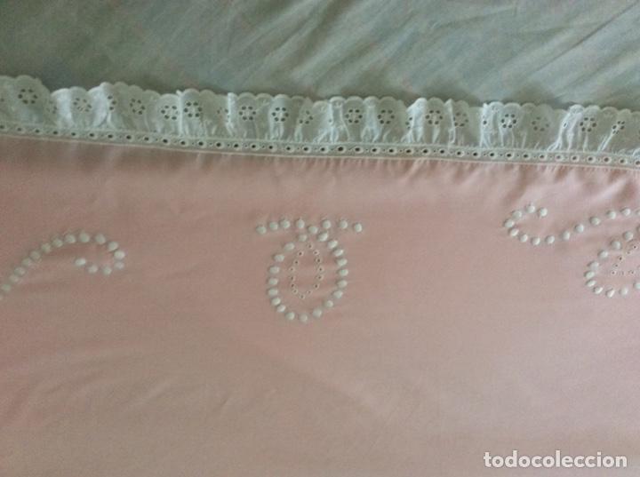 Antigüedades: Impresionante bordado de convento en sabana y almohadón bordeada de tira bordada. Año 1975 - Foto 11 - 213537041