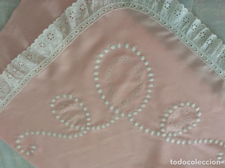 Antigüedades: Impresionante bordado de convento en sabana y almohadón bordeada de tira bordada. Año 1975 - Foto 12 - 213537041