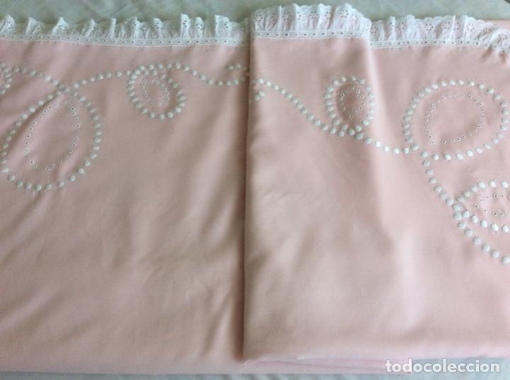 Antigüedades: Impresionante bordado de convento en sabana y almohadón bordeada de tira bordada. Año 1975 - Foto 13 - 213537041