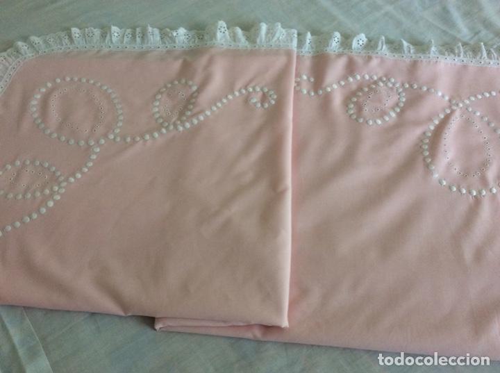 Antigüedades: Impresionante bordado de convento en sabana y almohadón bordeada de tira bordada. Año 1975 - Foto 14 - 213537041