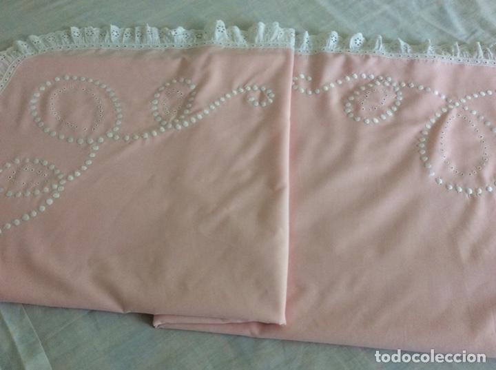 Antigüedades: Impresionante bordado de convento en sabana y almohadón bordeada de tira bordada. Año 1975 - Foto 15 - 213537041