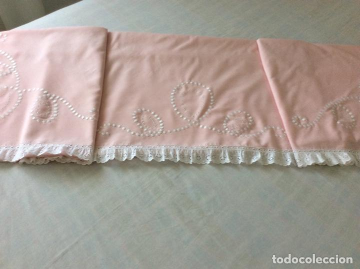 Antigüedades: Impresionante bordado de convento en sabana y almohadón bordeada de tira bordada. Año 1975 - Foto 16 - 213537041