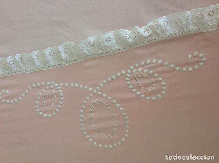 Antigüedades: Impresionante bordado de convento en sabana y almohadón bordeada de tira bordada. Año 1975 - Foto 20 - 213537041