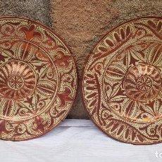 Antigüedades: PAREJA PLATOS REFLEJOS PRINCIPIO SXX DIAMETRO 37 CMTS. Lote 213572415