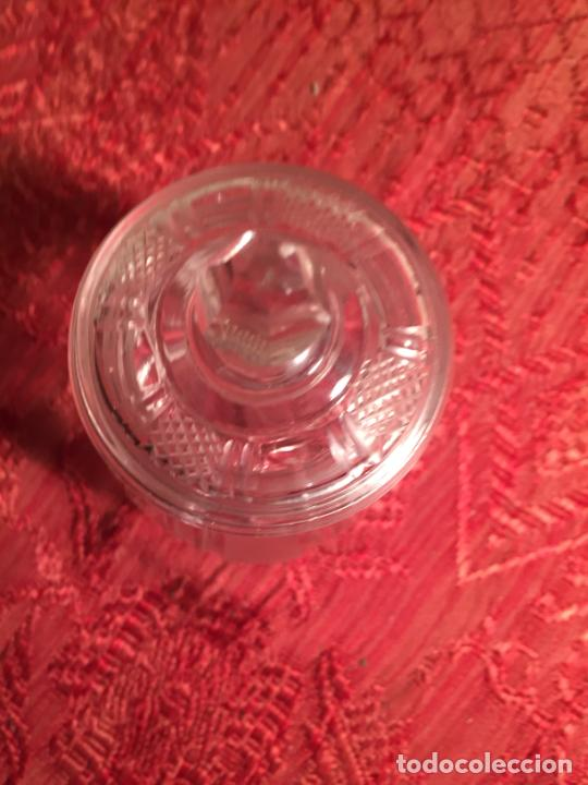 Antigüedades: Antiguo pequeño tarro / bombonera / caramelera de cristal transparente tallado a mano años 40-50 - Foto 2 - 213586042