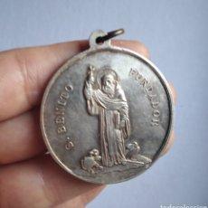 Antigüedades: MEDALLA RELIGIOSA ANTIGUA SAN BENITO NUESTRA SEÑORA DE MONTSERRAT 40 X 45 MM. Lote 213588988