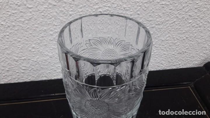 Antigüedades: Antiguo jarrón florero en cristal prensado época art déco medida de alto 20 cm y de boca 11 - Foto 3 - 213597795