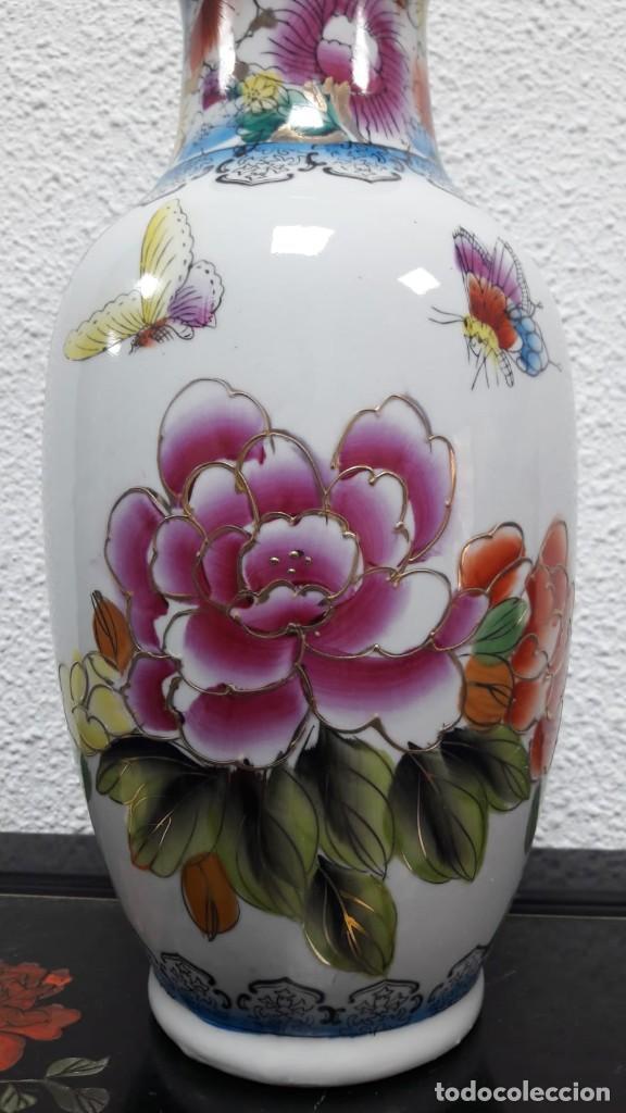Antigüedades: Jarrón florero porcelana oriental decoración flores con sello en la base medida de alto 34 cm - Foto 2 - 213598125