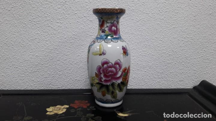 Antigüedades: Jarrón florero porcelana oriental decoración flores con sello en la base medida de alto 34 cm - Foto 4 - 213598125