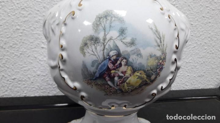 Antigüedades: Gran florero en cerámica vidriada con escena de personajes románticos sello en la base Sildor Itons - Foto 2 - 213598467