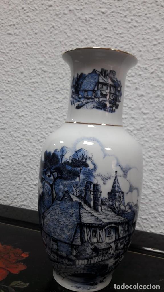 Antigüedades: Florero jarrón en porcelana , estampado de casa rural, medida de alto 21 cm buen estado - Foto 2 - 213598555