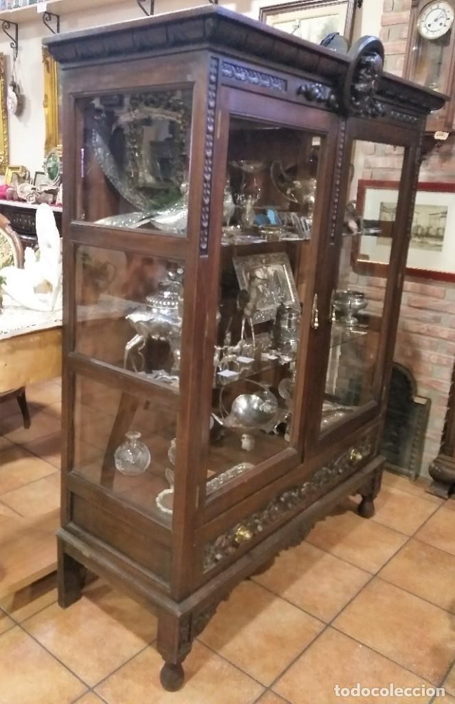 Antigüedades: VITRINA ANTIGUA DE MADERA TALLADA CASTAÑO. - Foto 2 - 213620683