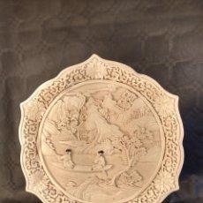 Antigüedades: PLATO EN LACA ESCULPIDA TONALIDAD MARFIL. PERIODO QING.CHINA. 1ER CUARTO DEL S. XX.. Lote 213623260