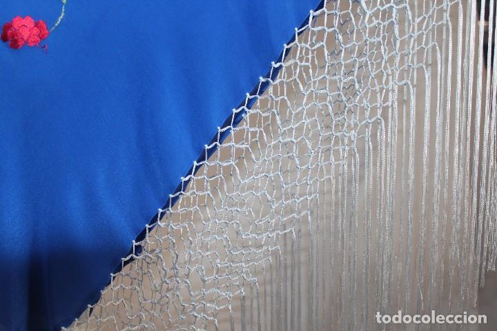 Antigüedades: Mantón de Manila mediano, de seda natural bordado a mano, con fleco anudado a mano - Foto 2 - 213637133