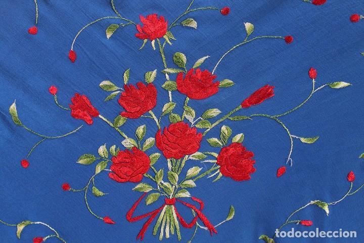 Antigüedades: Mantón de manila mediano, bordado a mano en seda natural, enrejado anudado a mano. - Foto 3 - 213637133