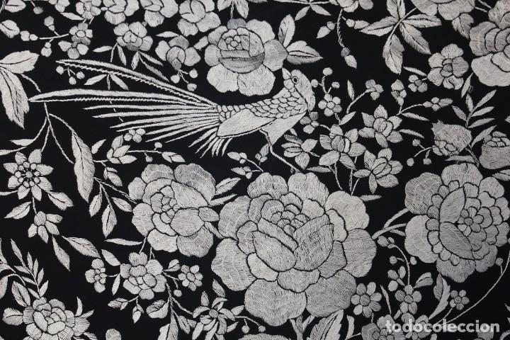 Antigüedades: Mantón de manila grande, bordado a mano en seda natural, enrejado especial anudado a mano - Foto 2 - 213715440