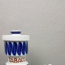 Antigüedades: CONJUNTO DE TABACO, BOTE, CENICERO Y MECHERO DE PORCELANA LAB. CASTRO SARGADELOS. DESCATALOGADO. Lote 213736285