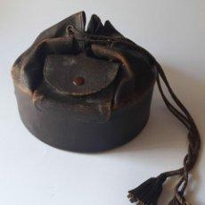 Antigüedades: BOLSO CILÍNDRICO DE 1900 EN PIEL. MADE IN ENGLAND. MARCA EN BASE.. Lote 213756010