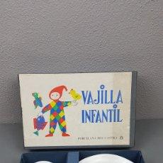 Antigüedades: VAJILLA INFANTIL DE PORCELANA CASTRO SARGADELOS CON SELLO DOLMEN EN SU CAJA ORIGINAL. DESCATALOGADO. Lote 213801211