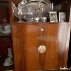 Antigüedades: VITRINA MAS DORMITORIO MATRIMONIO COMPLETO AÑOS 50 CON TIRADORES DE PROCELANA NEOCLÁSICA. Lote 213855278