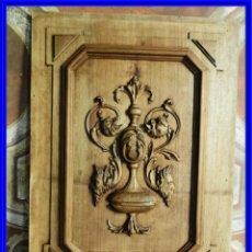 Antigüedades: TABLA DE MADERA DE UNA PUERTA TALLADA DE NOGAL. Lote 213868255
