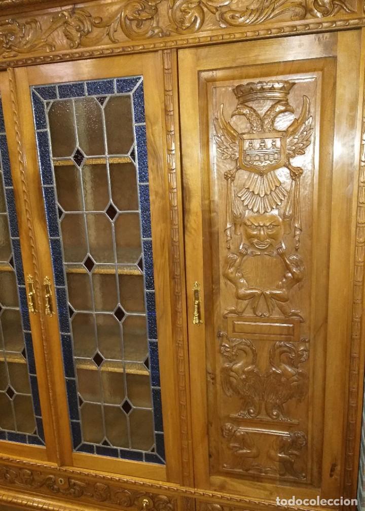 Antigüedades: MUEBLE DESPACHO NOGAL TALLADO AGUILAS BICÉFALA, MUEBLE VITRINA EMPLOMADA MESA SILLÓN 2 SILLAS CUERO - Foto 12 - 213874221
