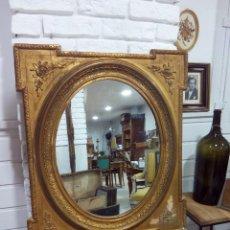Antigüedades: ANTIGUO ESPEJO DE MADERA TALLADA Y DORADA. Lote 213894022