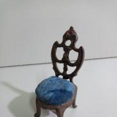 Antigüedades: PEQUEÑO COJÍN ALFILETERO CON FORMA DE SILLA DE BRONCE PARA ALFILERES DE COSTURA Y BORDADOS.. Lote 213978797