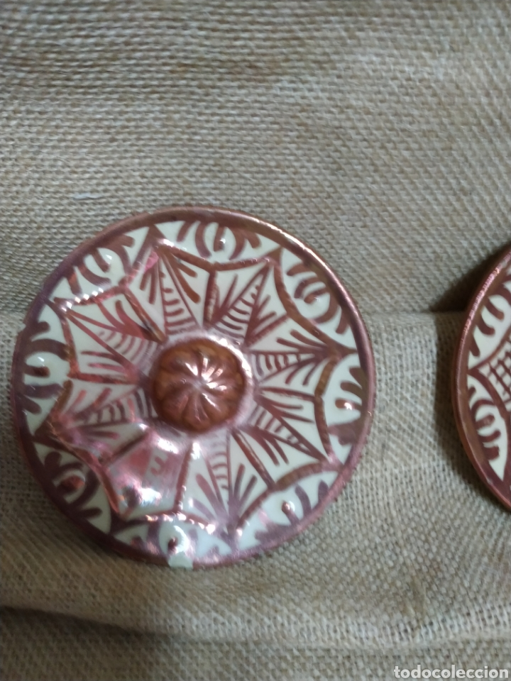 Antigüedades: Pareja de platos ,reflejos metálicos .Manises - Foto 3 - 213986366