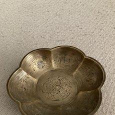Antigüedades: CENICERO DE BRONCE ANTIGUO CON ESGRAFIADOS. Lote 214015650