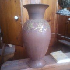 Antigüedades: JARRÓN DE METAL PESADO CON RELIEVES DORADOS. 24CM. Lote 214015826
