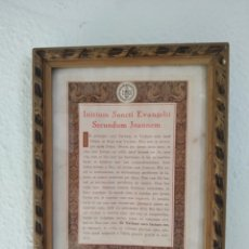 Antigüedades: MARCO ,CON LÁMINA O LITOGRAFÍA DEL EVANGELIO DE SAN JUAN .MADERA DORADA .AÑOS 50. Lote 214064840