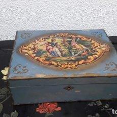 Antigüedades: ANTIGUA CAJA PEINADOR EN MADERA TAPA CON LITOGRAFÍA DE ESCENA ROMÁNTICA MEDIDA 10 POR 22 POR 29 CM.. Lote 214098881