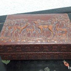 Antigüedades: ANTIGUA CAJA PARA TABACO EN CUERO REPUJADO CIERVOS MEDIDAS 7 X 15 X 22 CM NO. Lote 214099136
