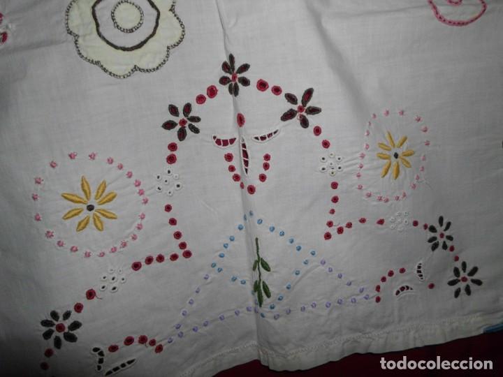 Antigüedades: Antiguo tapete de labores muy trabajado y hecho a mano - Foto 7 - 214136016