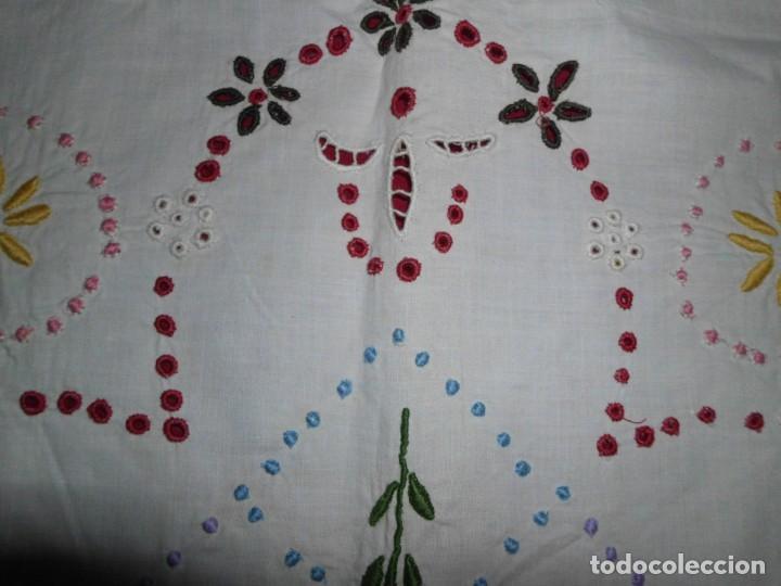 Antigüedades: Antiguo tapete de labores muy trabajado y hecho a mano - Foto 8 - 214136016