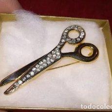 Antigüedades: ANTIGUO Y BELLISISMO BROCHE EN FORMA DE TIJERAS CON BAÑO DORADO Y PEDRERIA. 6 X 2 CM.. Lote 214150267