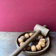 Antigüedades: CASCANUECES DE MADERA CON MAZA - ANTIGUO. Lote 118483823