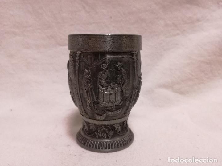 ANTIGUO VASO CHUPITO DE ZINC / ESTAÑO - MOTIVO VINO UVA (Antigüedades - Hogar y Decoración - Copas Antiguas)